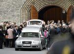 El ataúd de Finn Noergaard mientras es sacado de la iglesia. Foto: AFP