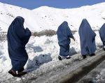 Un grupo de mujeres caminan cerca de la zona donde ocurrió el accidente.