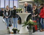 Viajeros escriben en un libro sus condolencias por los fallecidos, en el aeropuerto de Duesseldorf. Foto: REUTERS.