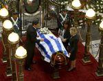 El féretro de Galeano permanece en el Parlamento de Uruguay. Foto: REUTERS