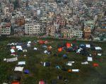 Quienes decidieron quedarse en Katmandú durmieron a la intemperie en tiendas improvisadas ante el temor por las réplicas. Foto: REUTERS