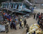 Militares intentan salvar suministros entre los escombros de una tienda dañada en la aldea de Arugat, cerca de Gorkha. Foto: REUTERS