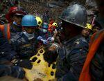 Tras su rescate, el adolescente fue transportado a un hospital. Foto: REUTERS
