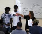 Un grupo de refugiados recibe clases de inglés antes de una visita del presidente alemán al Centro Abierto para Refugiados, en Marsa. Foto: Archivo / REUTERS.