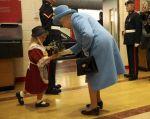 La pequeña Maisie Gregory y la reina Isabel II.