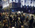 Una docena de furgones policiales custodiaron el acceso a la Plaza de las Cortes, cerrada al tránsito con una valla y un fuerte cordón de seguridad.
