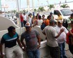 amiliares de la tripulación se acercaron hasta la Capitanía del Puerto de Manta, en busca de información. | Foto: Tomada de El Diario (Manabí)