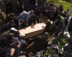 Parientes de Rabia el-Moustain, asesinado en el ataque del club Reina en Estambul, durante su funeral. Foto: AFP.