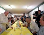El Papa Francisco almuerza con los presos de una cárcel de Milán. Foto: L'Osservatore Romano