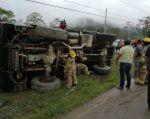 El accidente del camión táctico ocurrió en la ciudad de Gualaquiza el pasado 10 de mayo. | Foto: Twitter / Bomberos Gualaquiza.
