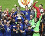 Antonio Valencia (centro de la fotografía) celebra junto a sus compañeros el título de la Europa League. Foto: AFP