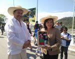 Ministros del Ambiente de Ecuador y Perú intercambian presentes en el marco del evento #BosquesDePaz. Foto: Ministerio del Ambiente