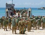 Soldados de la Compañía Médica de Apoyo del Área 602nd y otro personal del Ejército abordan una embarcación de aterrizaje de la Marina durante su evacuación antes del huracán María, en Charlotte Amalie. Foto: Reuters