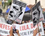"""Lula, con orden de cárcel, aclamado en una misa al grito de """"¡Lula libre!"""". Foto: AFP"""