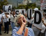 Preocupados tras siete meses sin conseguir medicinas, decenas de enfermos de Parkinson marcharon este lunes en Caracas. Foto: AFP