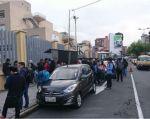 Cientos de estudiantes fuera de las instalaciones del centro educativo. Foto: Twitter @Mary_RomeroY
