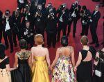 """Cate Blanchett, Marion Cotillard, Salma Hayek y decenas de otras mujeres de la industria del cine advirtieron el sábado en Cannes que es hora de un cambio y exigieron """"igualdad salarial"""". Foto: AFP"""