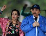 Él es un exguerrillero de 72 años, admirador del Che Guevara; ella, una poetisa excéntrica de 67 años ataviada de pulseras y pañuelos. Foto: AFP