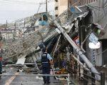 La región de Osaka ha sido la más afectada con numerosos edificios dañados, postes eléctricos rotos, árboles arrancados y tejados destrozados. Foto: AFP