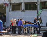 Las primeras imágenes de televisión mostraban a víctimas evacuadas del colegio en ambulancias improvisadas. Foto: AFP