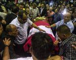 """Escenas de dolor y congoja de los militantes se multiplicaron desde tempranas horas en la """"Casa Del Pueblo"""". Foto: AFP"""