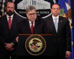 El fiscal general de los Estados Unidos, William Barr, flanqueado por el subdirector general adjunto interino Edward O'Callaghan y el fiscal general adjunto Rod Rosenstein. Foto: Reuters.