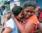 Familiares de los fallecidos en los atentados de este domingo de Sri Lanka, lloran desconsoladamente ante esta tragedia. Foto: Reuters.