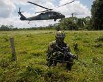 Un soldado colombiano vigilaba la frontera con Ecuador en el departamento de Nariño, Colombia, el año pasado. Foto: Reuters