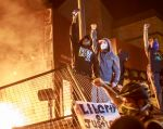 CNN dijo en un tuit que un periodista blanco que también estaba cubriendo en terreno los disturbios no fue arrestado. Foto: AFP
