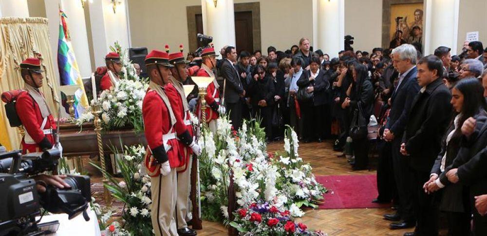 BOLIVIA.- Centenares de personas asistieron al velorio del funcionario, en el Palacio Quemado de La Paz en Bolivia. Foto: EFE
