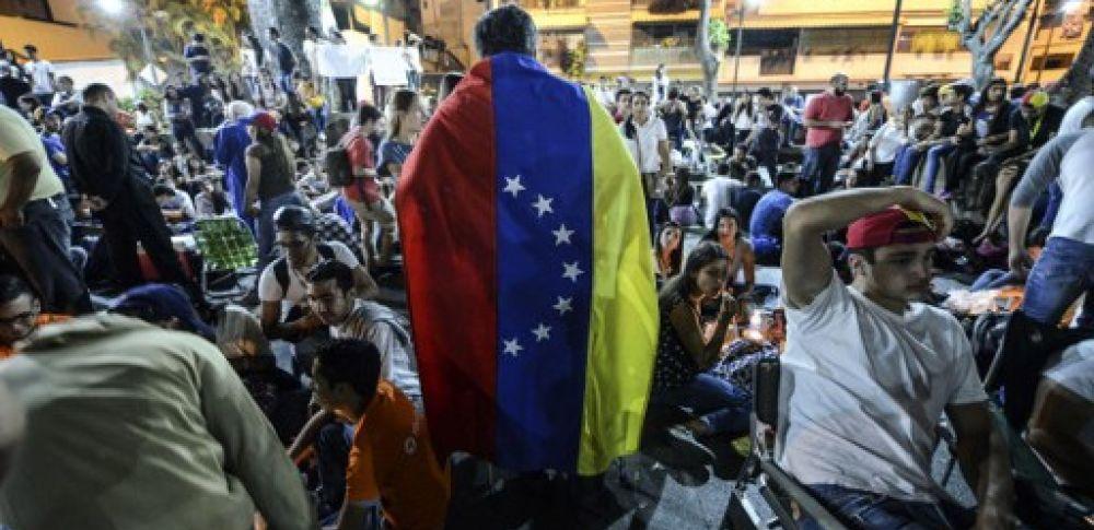 Desde el pasado 1º de abril, la oposición realiza protestas que han derivado en fuertes disturbios e incluso saqueos. Foto: AFP