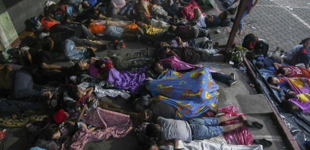 Policías mexicanos los contuvieron y posteriormente solo permitieron pasar a algunas mujeres y niños. Foto: AFP
