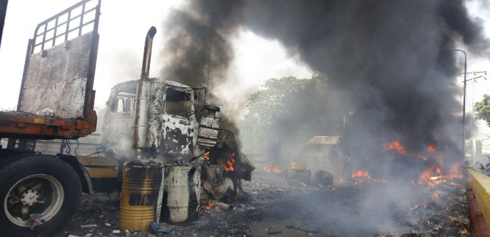 Los camiones iban en una caravana de cuatro furgones que intentaron ingresar a Ureña desde Cúcuta. Foto: AFP