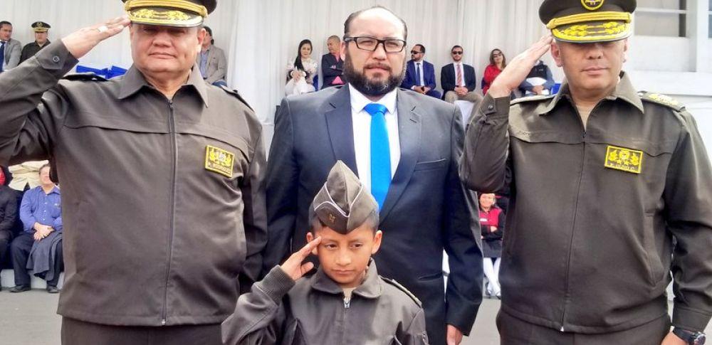 Se realizó una ceremonia para posesionar como comandante por un día a Erik Zhagüi Guallpa.