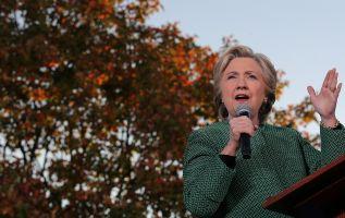 Según el sitio RealClearPolitics, el promedio de los sondeos a nivel nacional muestran una ventaja para Clinton de 47,7% contra 41,9%. Foto: AFP.