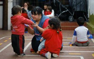 Desde enero Noelia Garella, junto a otra maestra, está a cargo de la sala de primer año en el Jardín Maternal Jeromito. Foto: AFP.