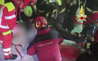 Las autoridades anunciaron haber extraído con vida a dos mujeres y un hombre más. Tres horas más tarde, consiguieron sacar a otro hombre.  Foto: AFP