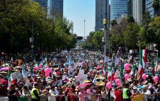 Unas 20.000 personas --según cifras del gobierno local-- participaban en la marcha de Ciudad de México. Foto: AFP