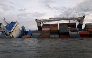 El pasado jueves encalló un moderno buque que, hace año y medio, se puso en servicio para transporte de carga al archipiélago de Galápagos. Foto: Cups Fire GYE