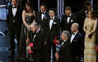 Fred Berger, Jordan Horowitz, Marc Platt, aceptan el oscar de Mejor Película antes de que se notara el error. REUTERS / Lucy Nicholson