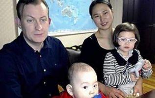 Robert Kelly, su mujer Kim Jung-a y sus hijos Marion, de 4 años, y James, de ocho meses. | Foto: Captura de Video BBC.