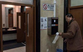 La máquina distribuye 60 centímetros de papel higiénico, ni uno más ni uno menos.| Foto: La Nación.