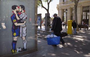 En él, se ve a los dos astros, antagonistas y rivales en el campo, abrazados y fundiéndose en un cariñoso beso. Foto: AFP.