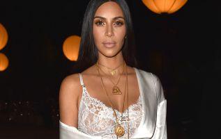 Tras sacar a la venta una vela en la sustituye el rostro de la Virgen María por el suyo, cientos de usuarios de redes sociales han criticado a Kim Kardashian, de 36 años.