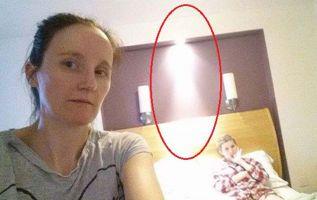 La inexplicable figura de luz resplandeciente apareció en una fotografía tomada semanas antes de que la joven muriera. Foto: Mercury Press