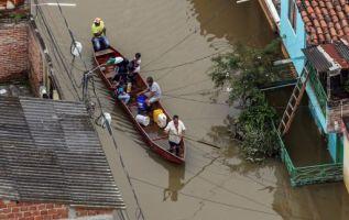 Con los eventos naturales también quedaron destruidos 4.000 kilómetros de carreteras y más de 420 puentes. Foto archivo de inundaciones en Cali el pasado 18 de mayo / AFP