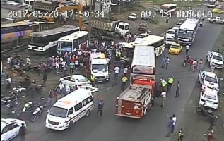 El accidente, entre un autobús de transporte interprovincial y otro de servicio urbano, ocurrió cerca de las 18:00 de ayer.  Foto: ECU 911