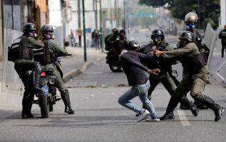 Una decena de protestas el lunes degeneraron en violencia y dejaron cuatro muertos. | Foto: Reuters.