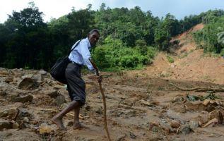 Los socorristas trabajaban este domingo en Sri Lanka distribuyendo ayuda humanitaria a medio millón de personas desplazadas por las peores inundaciones en la isla en 10 años. Foto: AFP