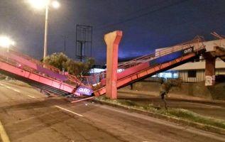Un choque, ocurrido cerca de las 05h00 de este jueves, provocó el colapso del puente peatonal en el norte de Quito. Foto: Bomberos Quito
